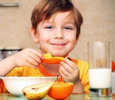 crianca-alimentacao-leite-frutas-20121217-size-598